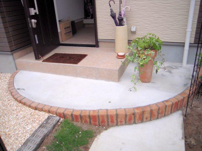 乱形石材を貼る前の玄関アプローチ