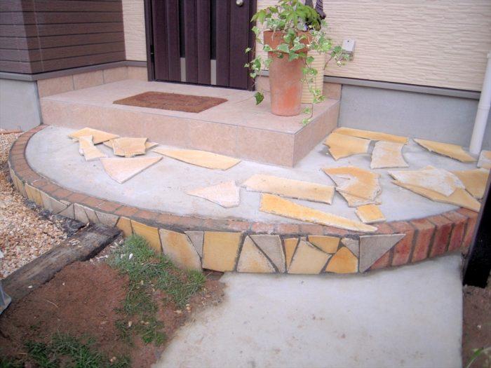 乱形石材を玄関アプローチに施工中