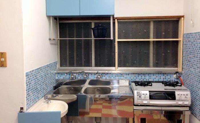ブルーのモザイクタイル貼りキッチン