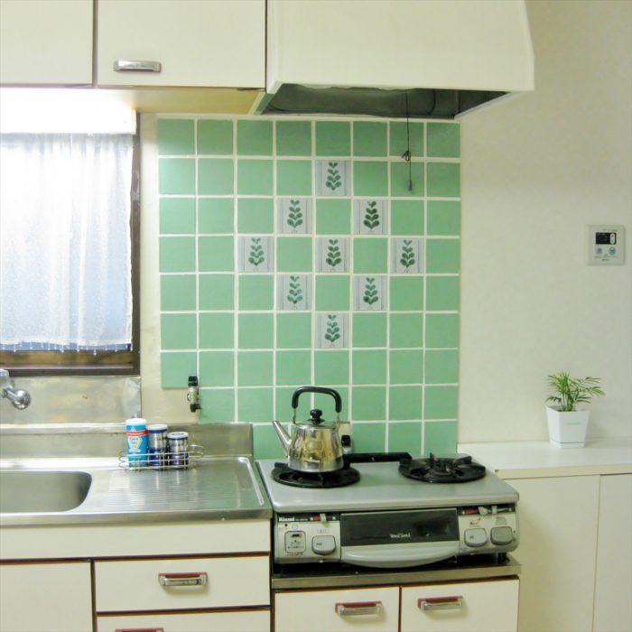 緑の100角のキッチンタイル貼り