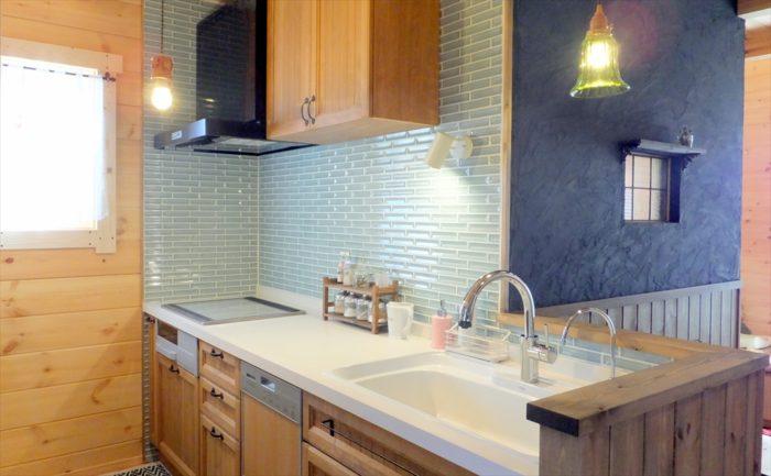 水色タイルのキッチン壁
