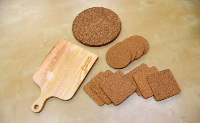 コースター用のコルクと木の鍋敷き