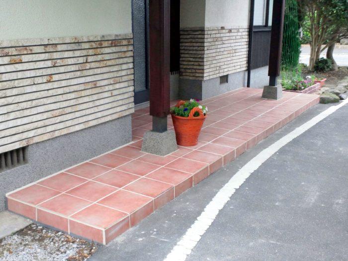 玄関の外床にタイル貼り