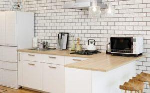 キッチン壁の白いタイル