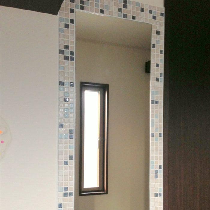 鏡のまわりにモザイクタイル