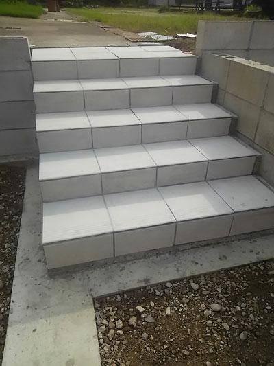 明るいテラコッタ調タイルで階段施工に挑戦♪